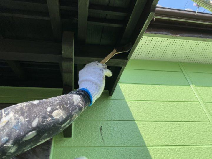 玄関庇 上塗り施工中