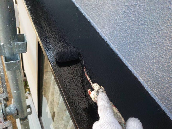 庇 上塗り施工中