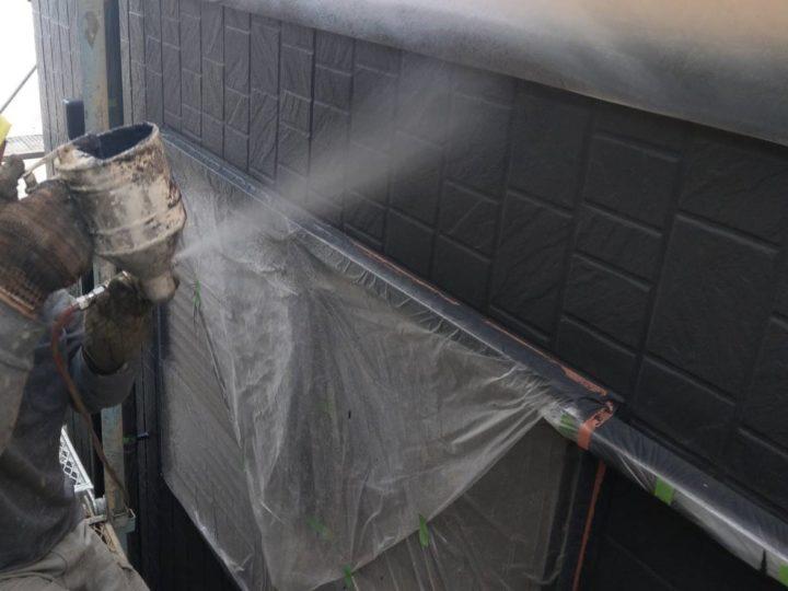 1階外壁 上塗り施工中