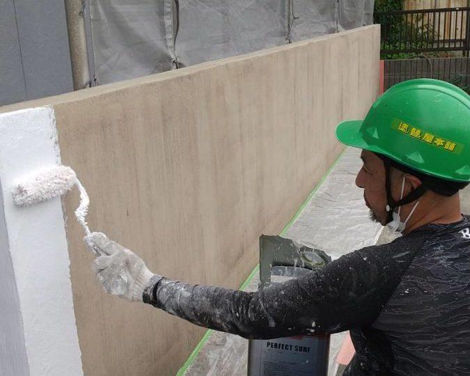 外塀 下塗り施工中