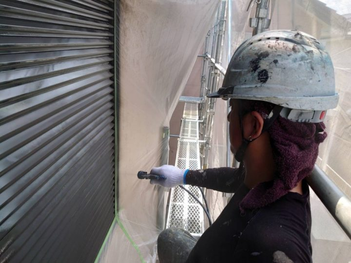 雨戸 中塗り施工中