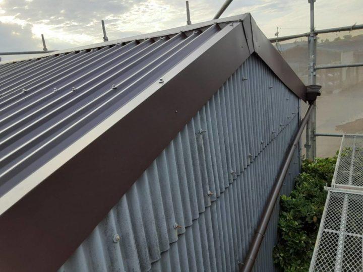 倉庫屋根 ケラバ板金設置完了
